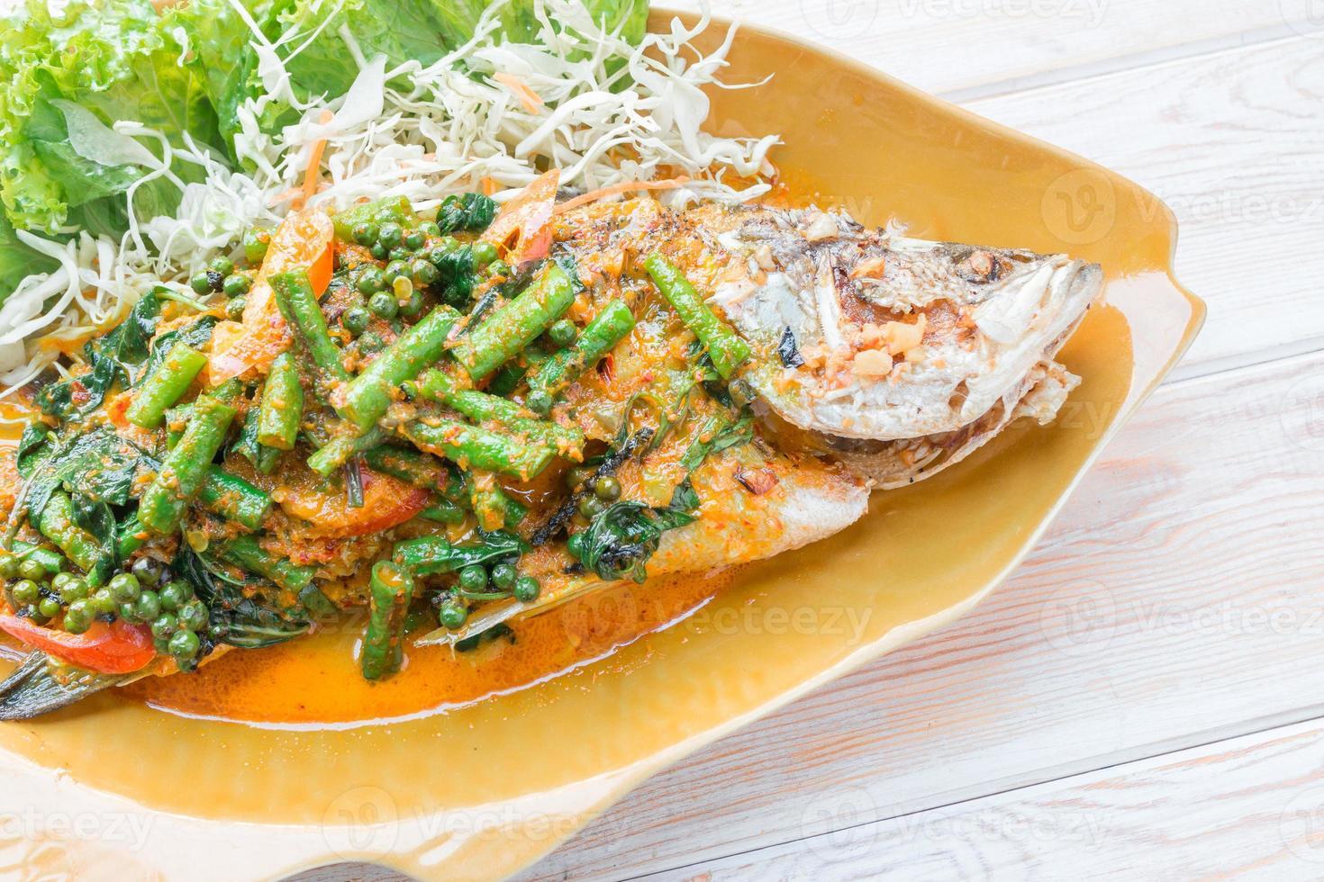 sopa picante de lubina al vapor, pescado al vapor al estilo tailandés foto