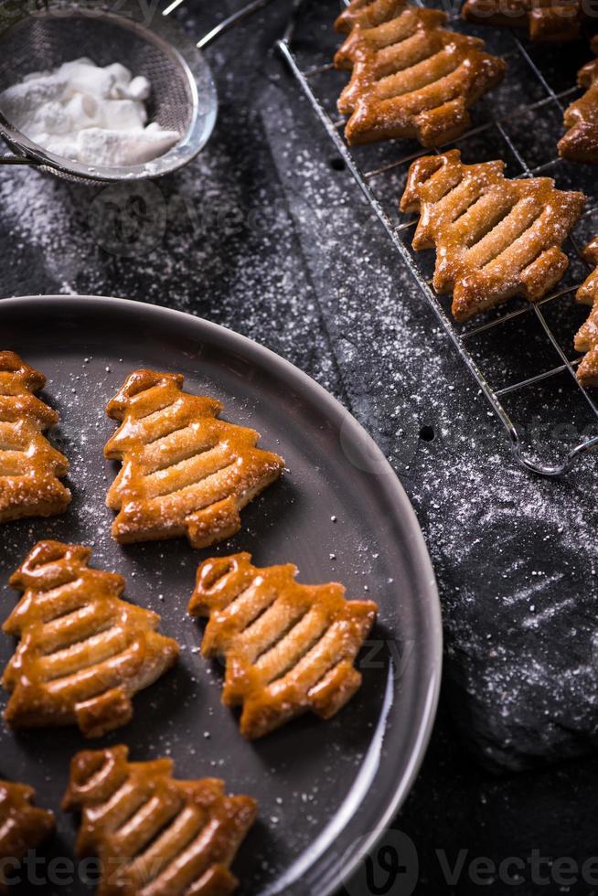 galletas con forma de árbol de navidad foto
