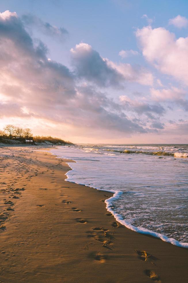 puesta de sol en la orilla del mar báltico foto