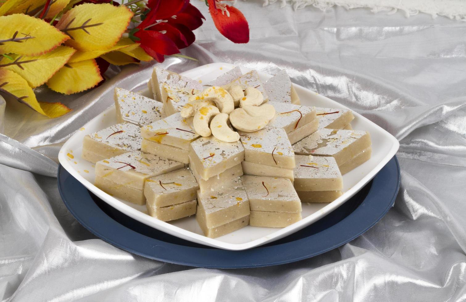 comida dulce tradicional especial india kaju katli foto