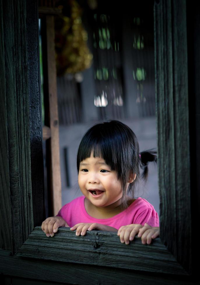 niña en la ventana foto