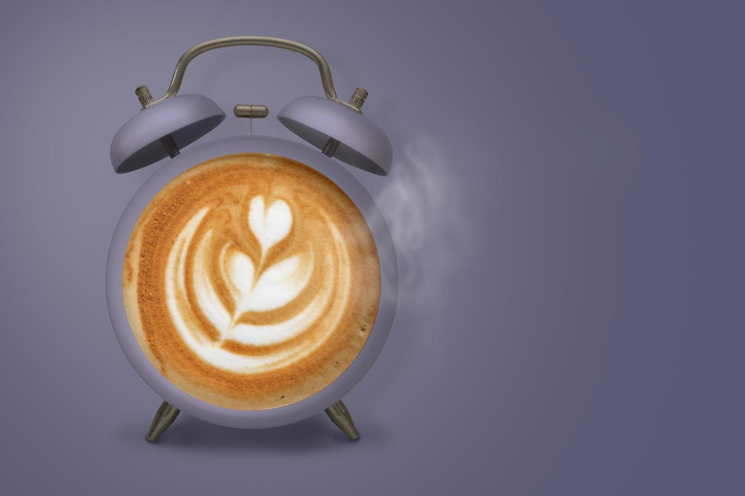 café caliente con espuma espumosa y vapor en reloj despertador morado foto