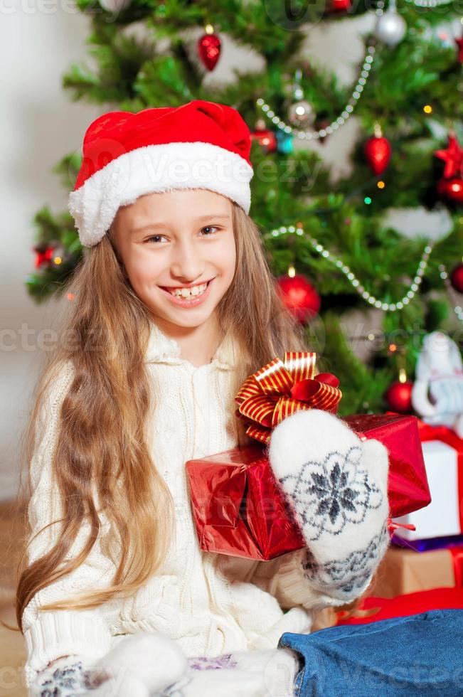 niña con cabello largo cerca del árbol de navidad foto