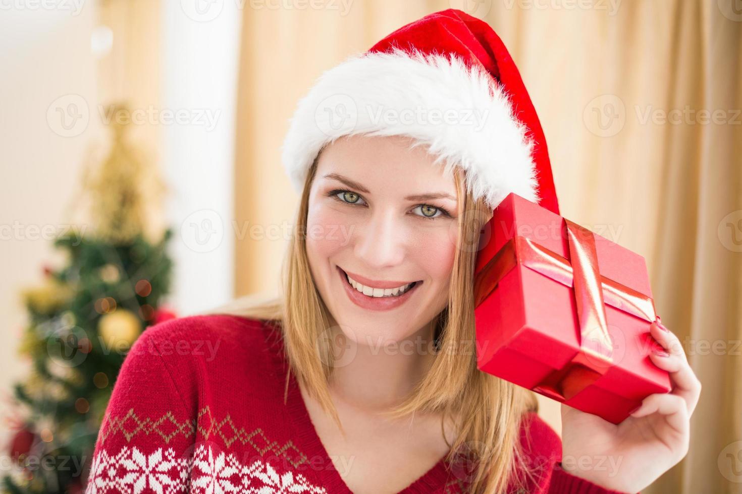 rubia festiva sosteniendo un regalo foto