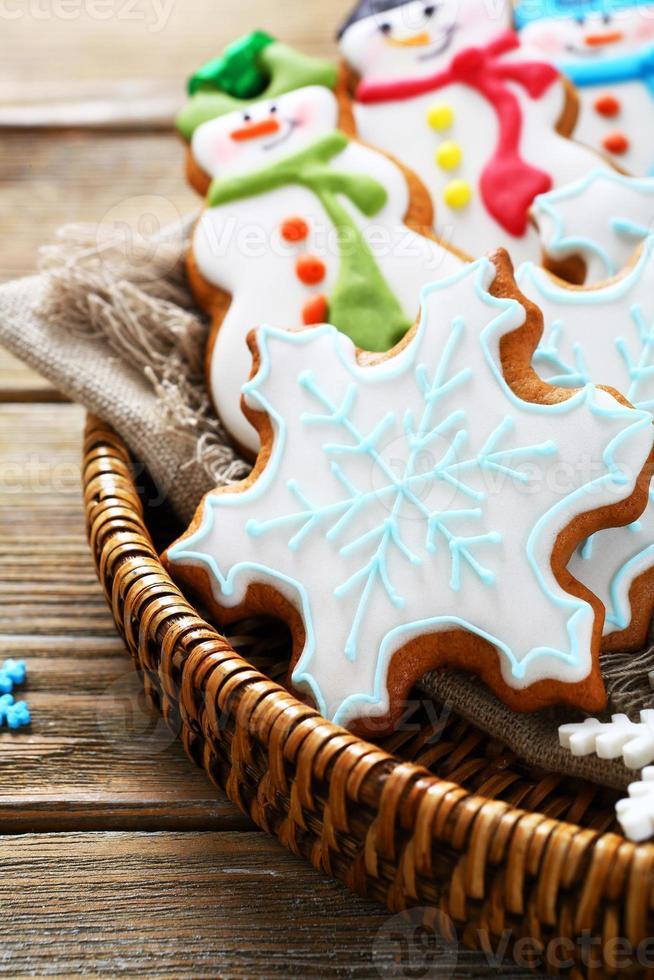 Deliciosas galletas de jengibre en una canasta de mimbre foto