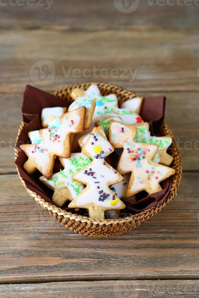 galletas de navidad en una canasta de mimbre foto
