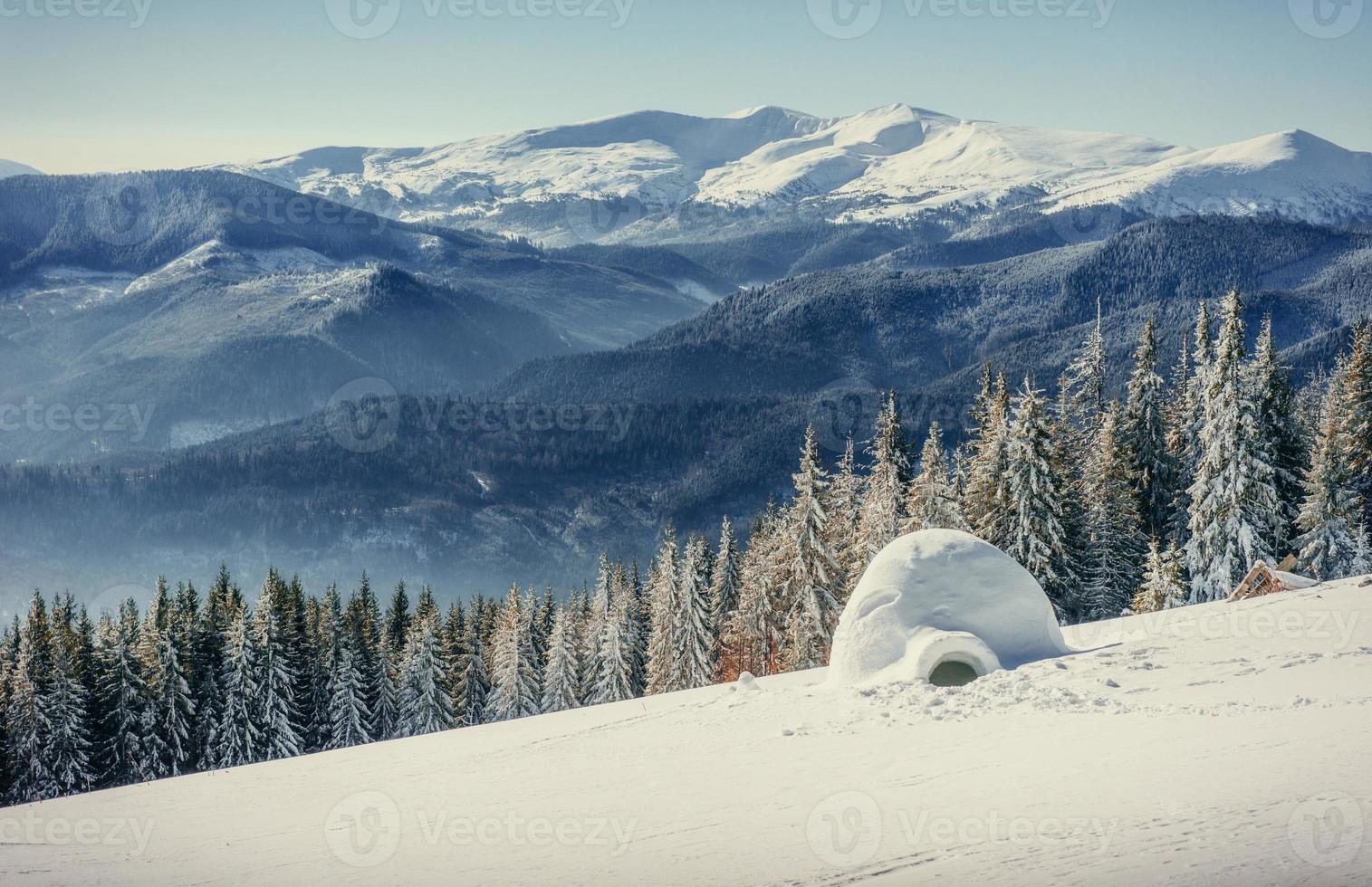 yurta en montañas de niebla de invierno. Cárpatos, Ucrania, Europa. foto