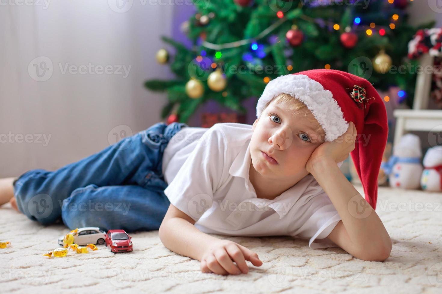 chico lindo, jugando con autos en la sala foto