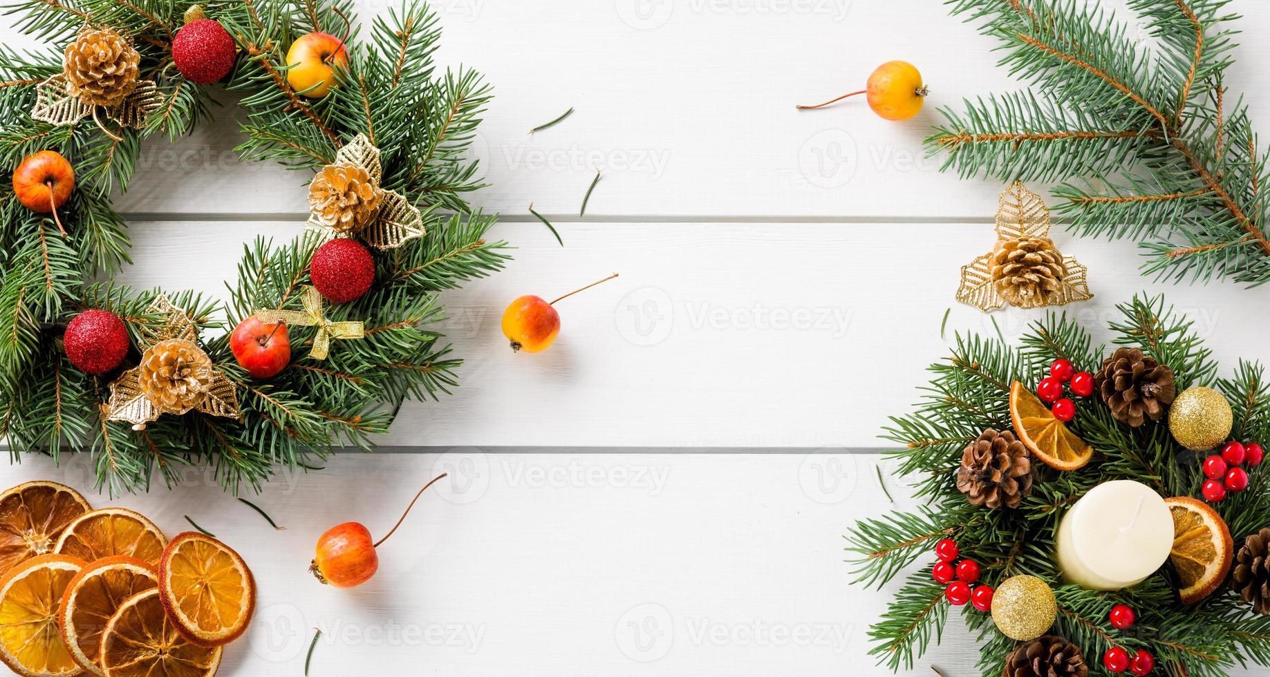 Corona de Navidad en la vista superior de la mesa de madera blanca foto