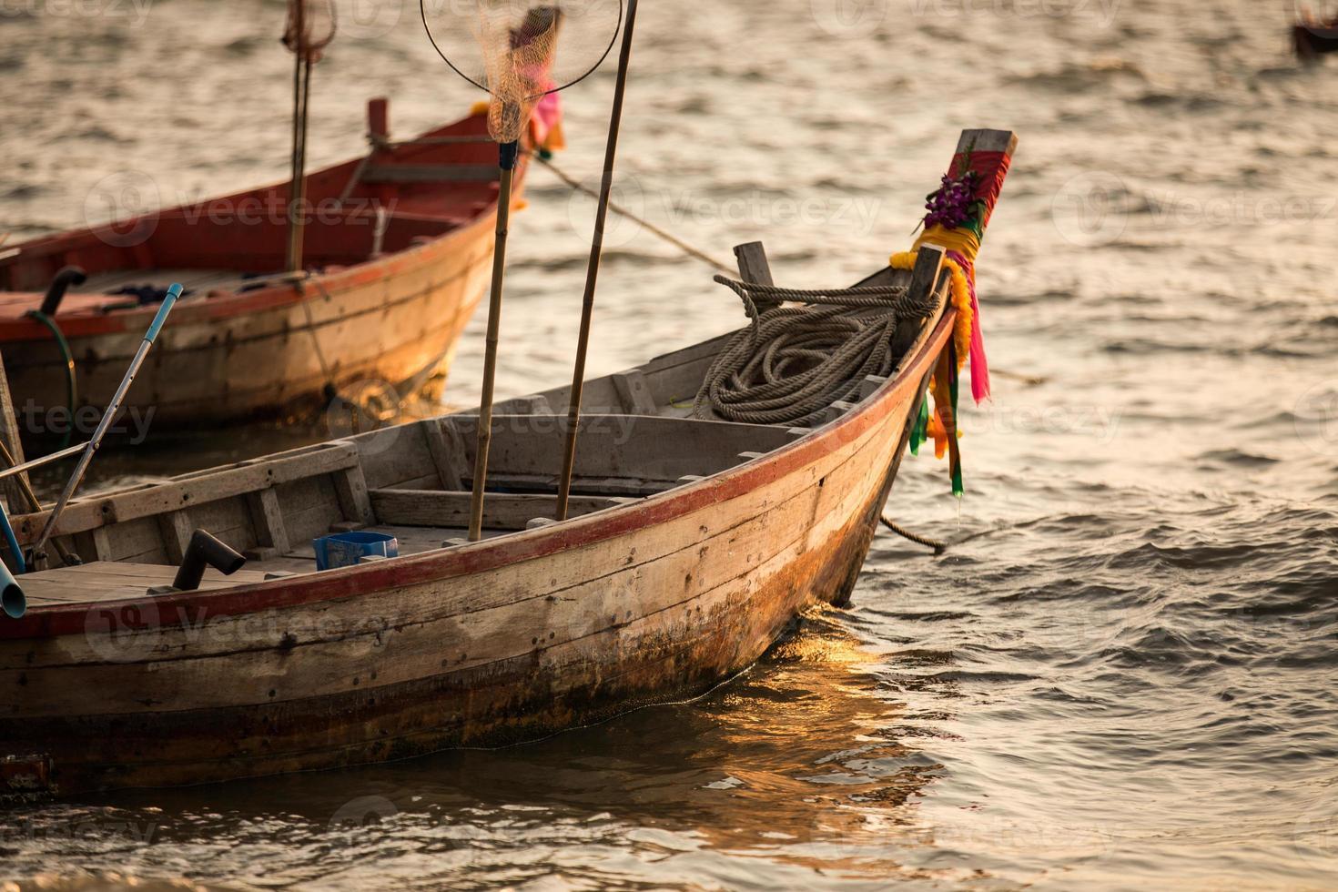 Barco de pesca tailandés utilizado como vehículo para encontrar peces. foto