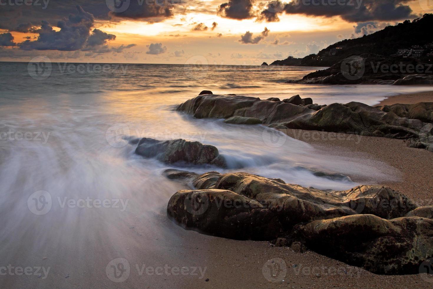 paisaje marino al atardecer en kalim beach, phuket foto