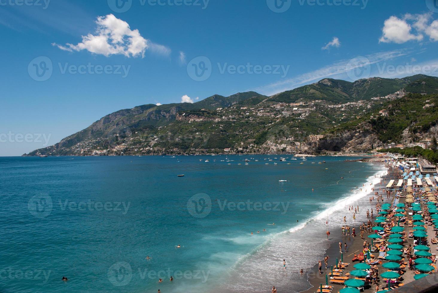 Bahía de maiori, península de la costa de Amalfi foto