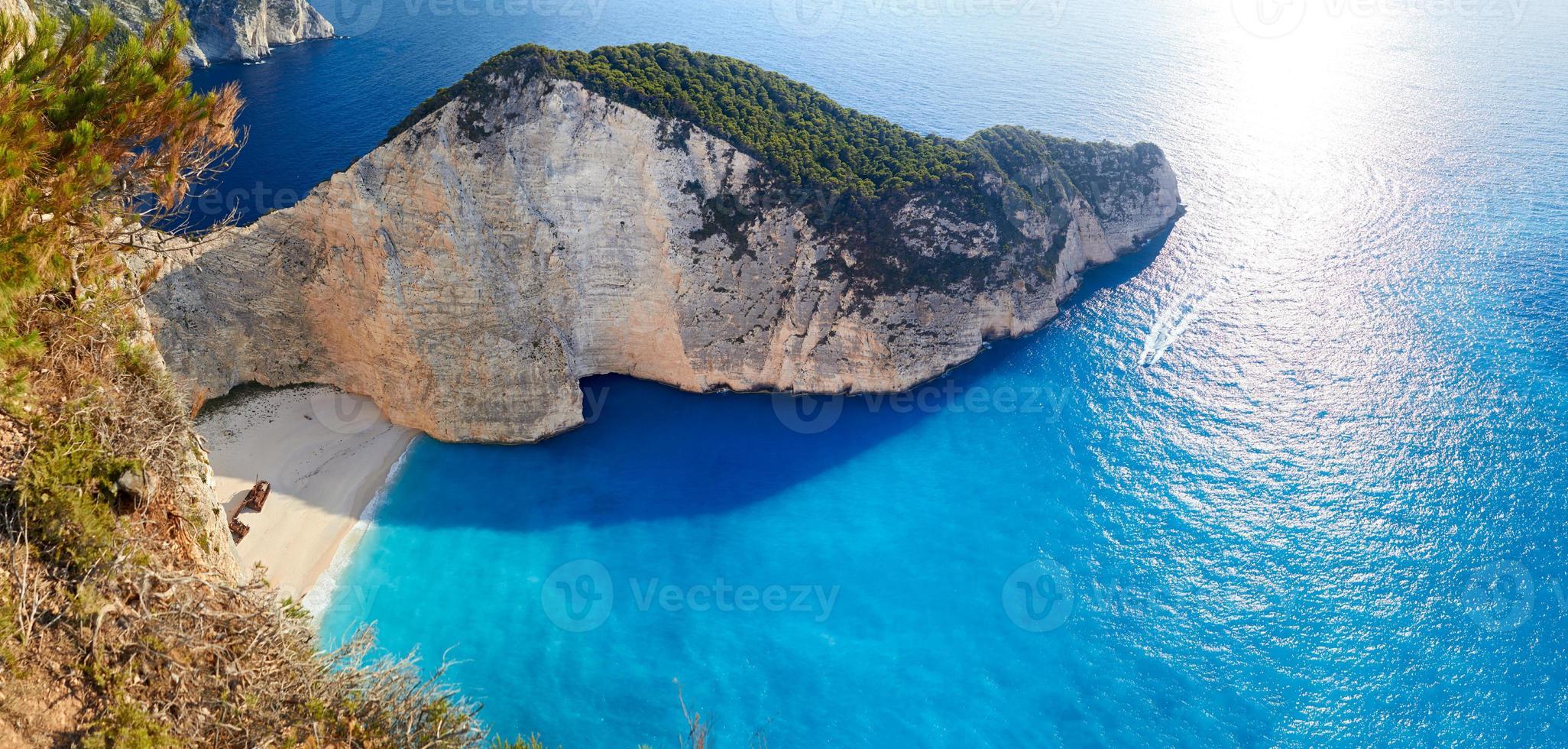 barco roto en la bahía del naufragio. Playa Navagio, Zakinthos, Grecia foto