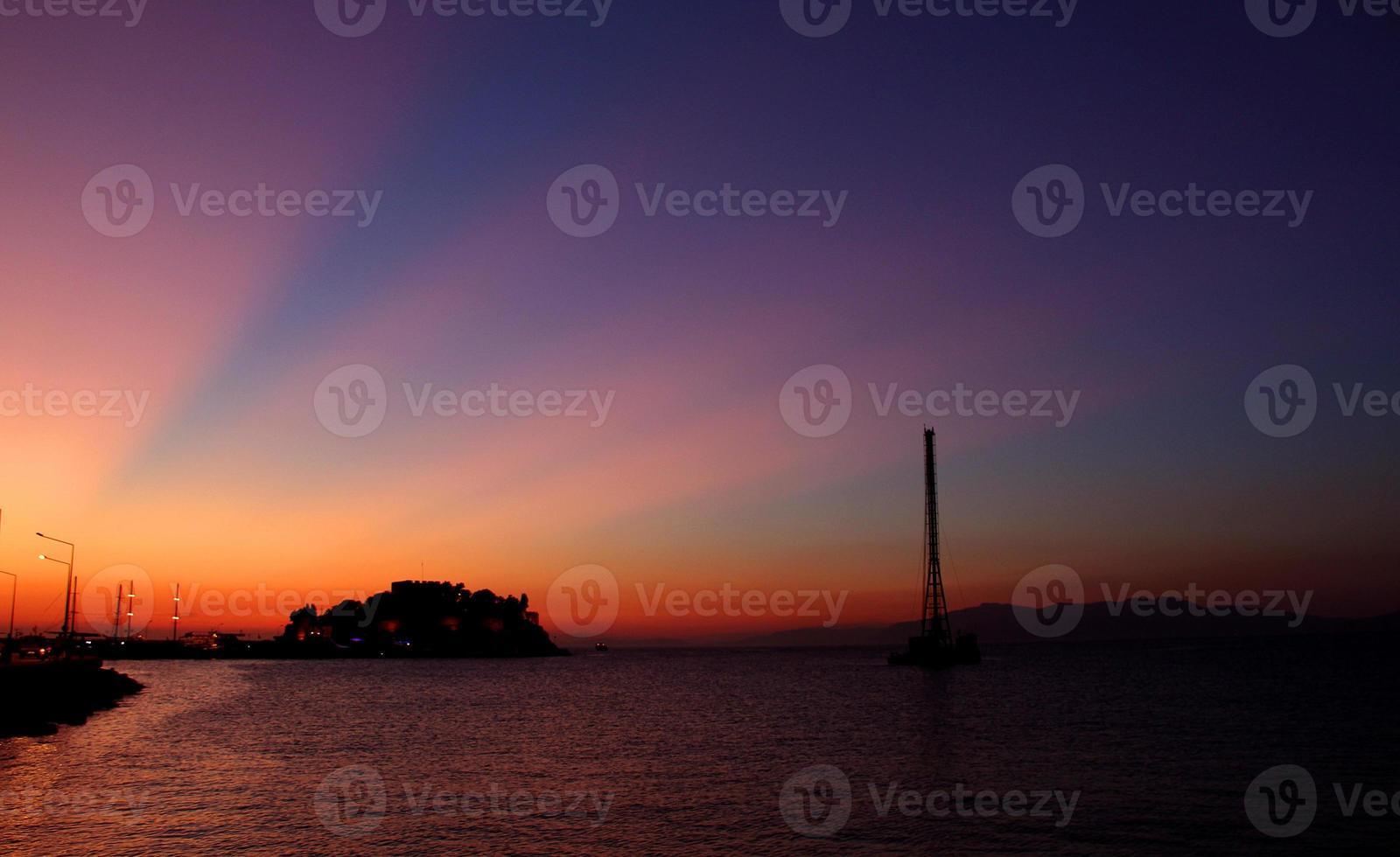 puesta de sol en kusadasi, turquía foto