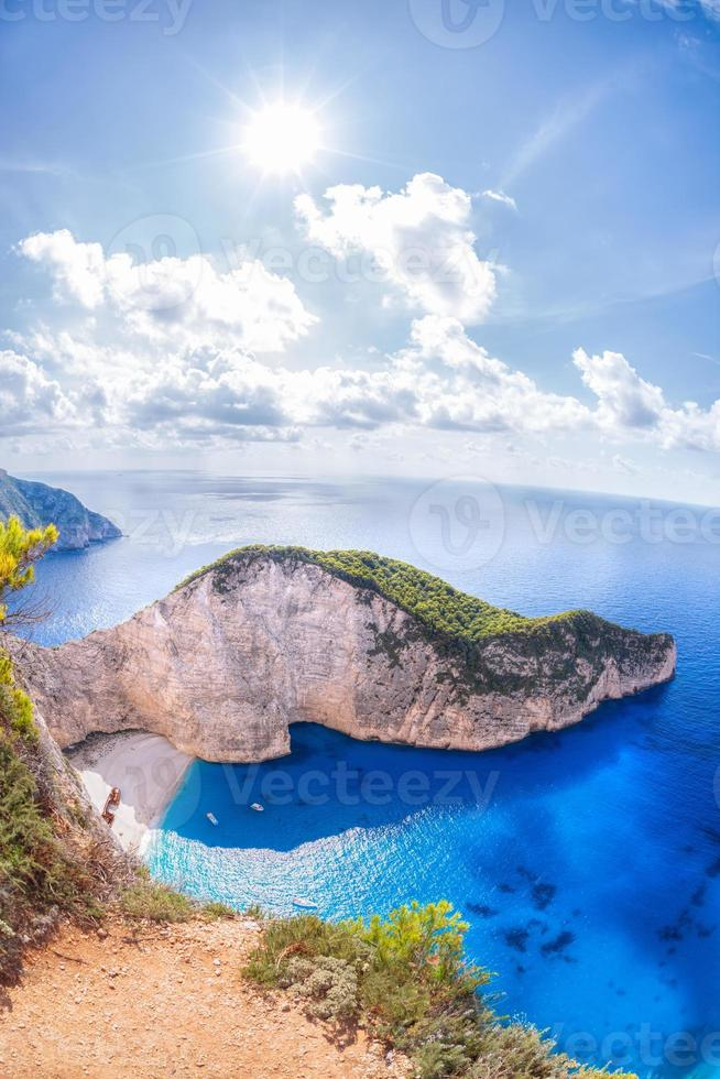 Playa navagio con naufragio en la isla de Zakynthos en Grecia foto