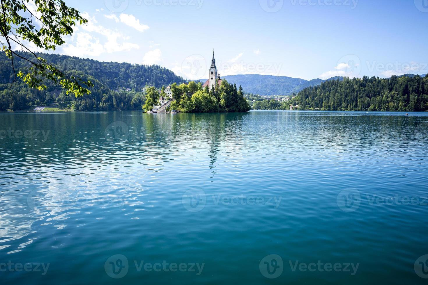 Iglesia en una isla y castillo sobre roca en Bled foto