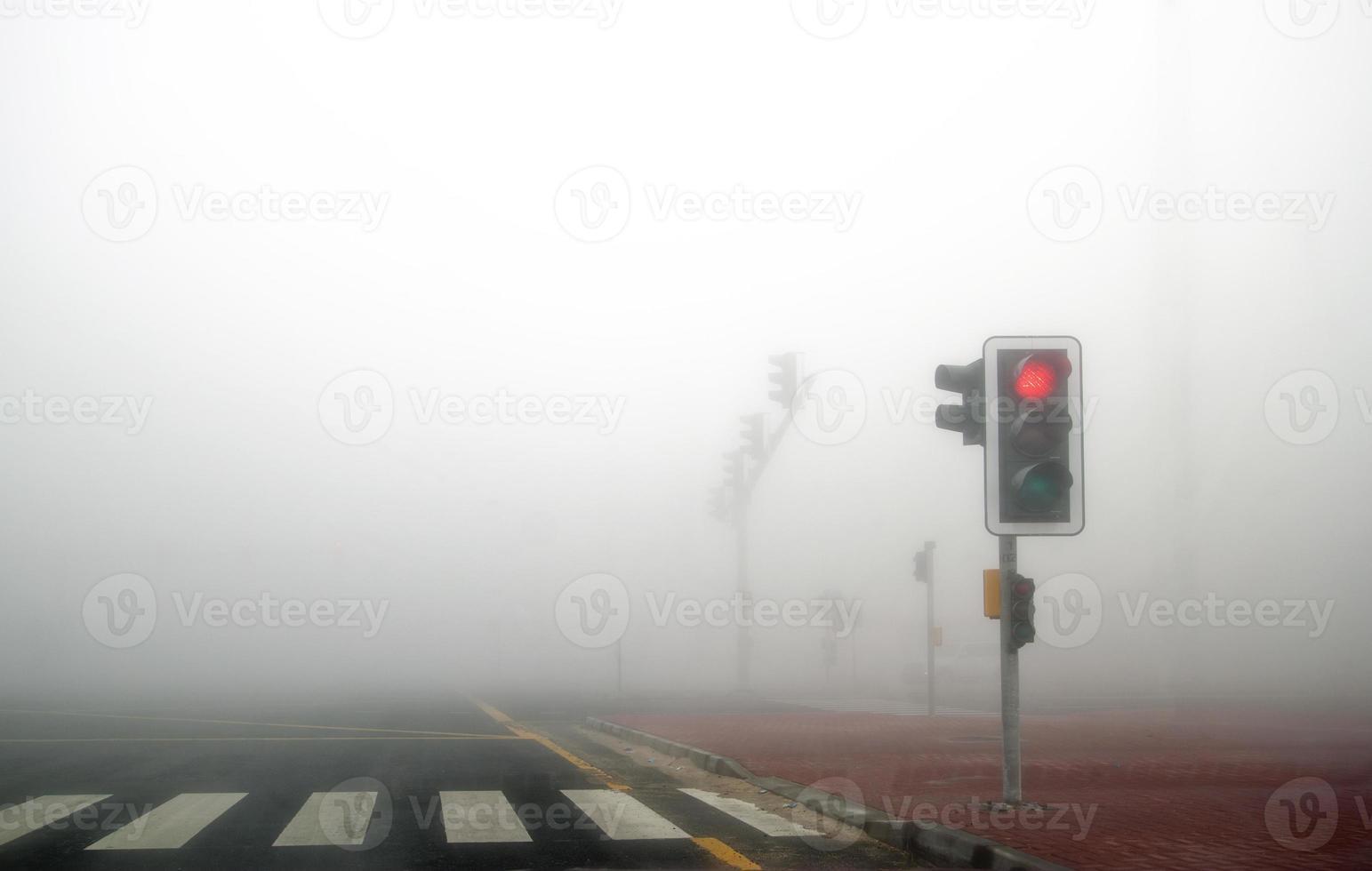 niebla en la carretera de dubai. la señal roja está encendida. foto