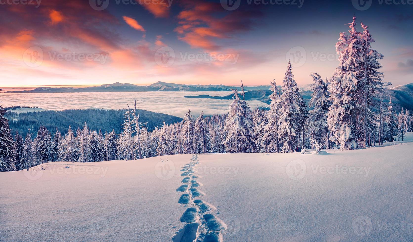 amanecer de invierno brumoso en la montaña nevada foto