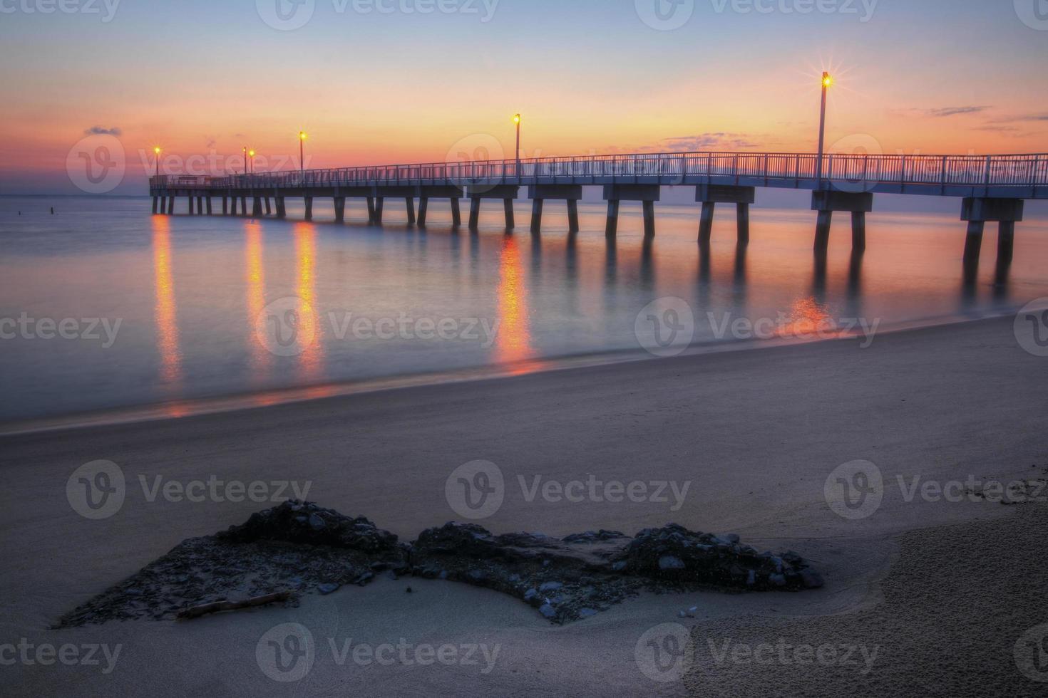 bosque playa muelle de pesca amanecer foto