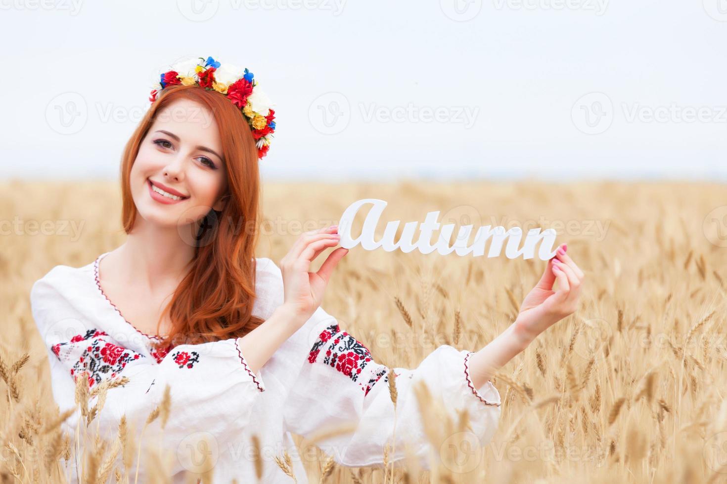 pelirroja, niña, en, nacional, ucraniano, ropa, con, madera, palabra, autu foto