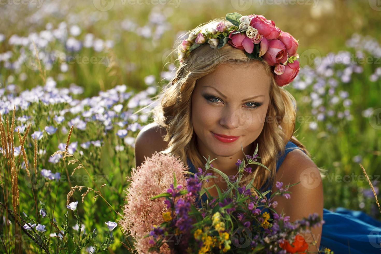 hermosa joven con flores foto