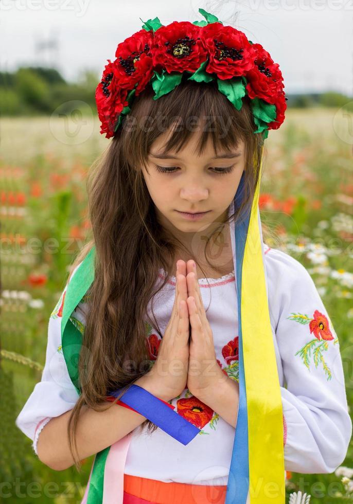niña ucraniana reza por la paz foto