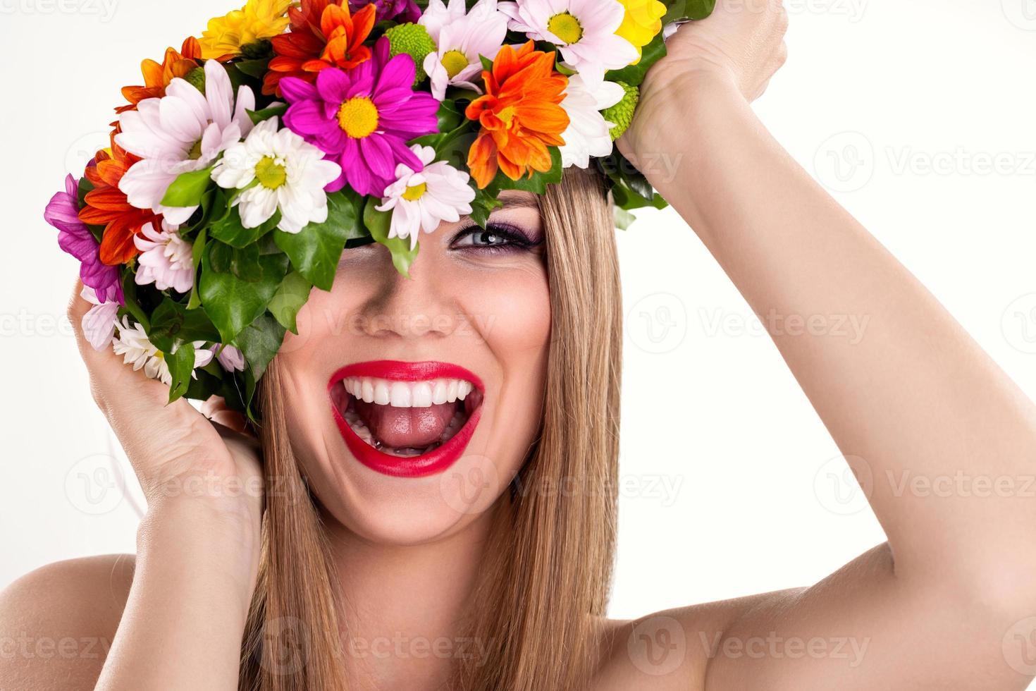 mulher sorridente com coroa de flores foto