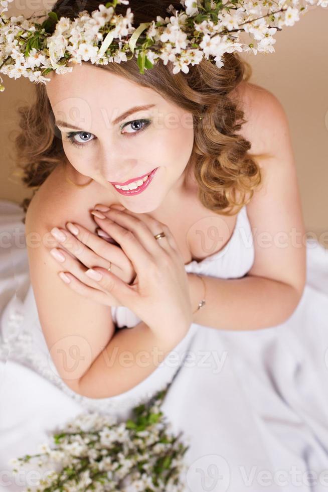 hermosa novia con corona de cerezo foto