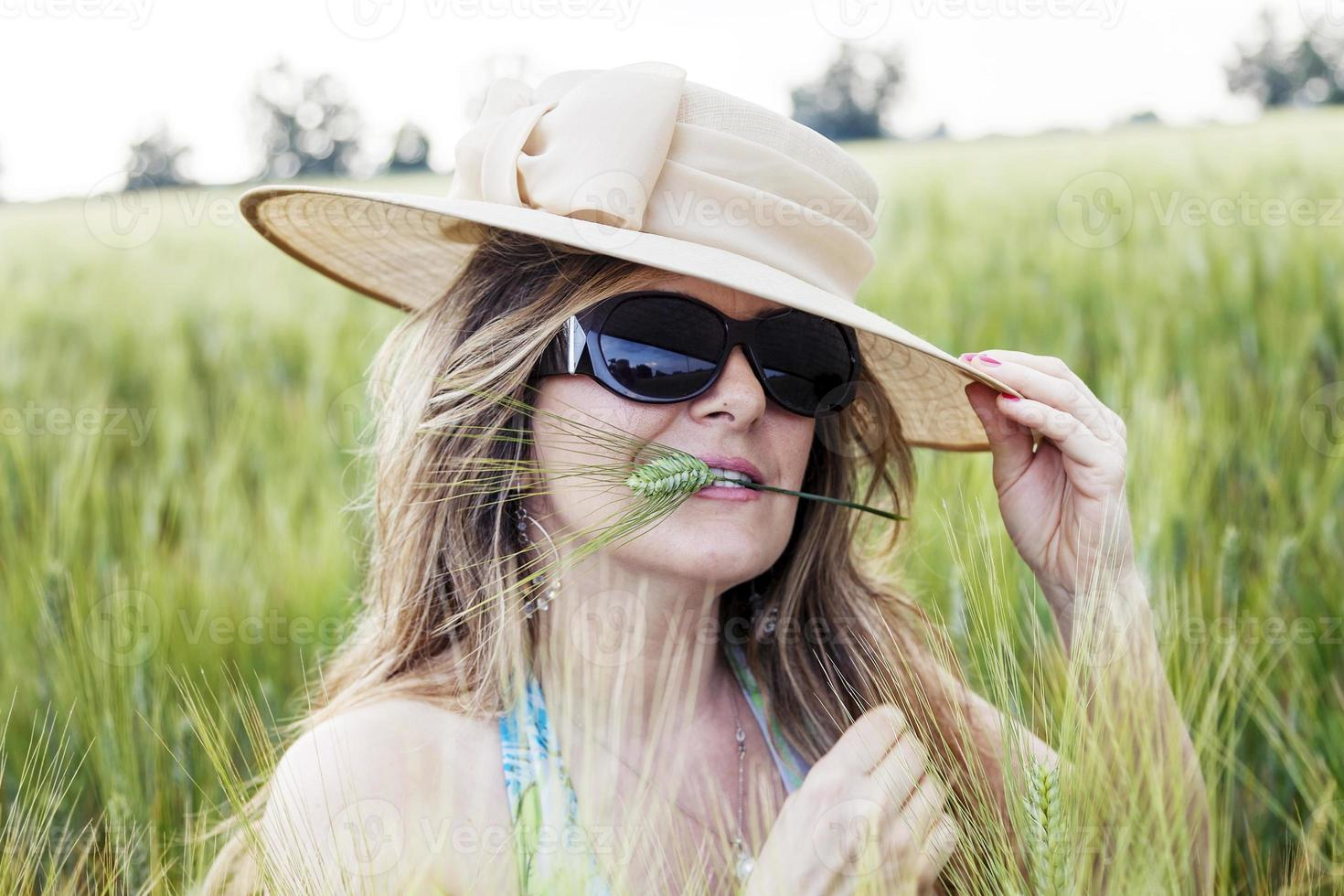 Retrato de dama elegante en un campo de trigo foto
