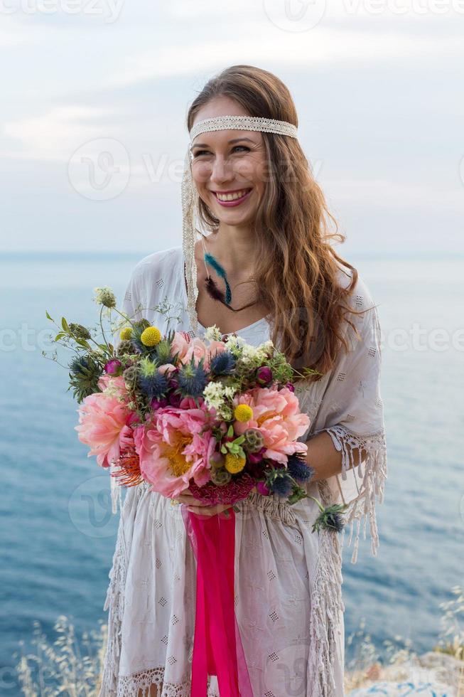 garota com um buquê de casamento estilo boho foto
