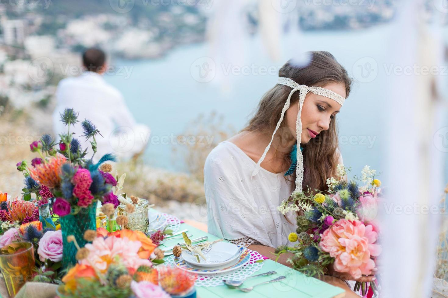 chica con un ramo de novia estilo boho foto