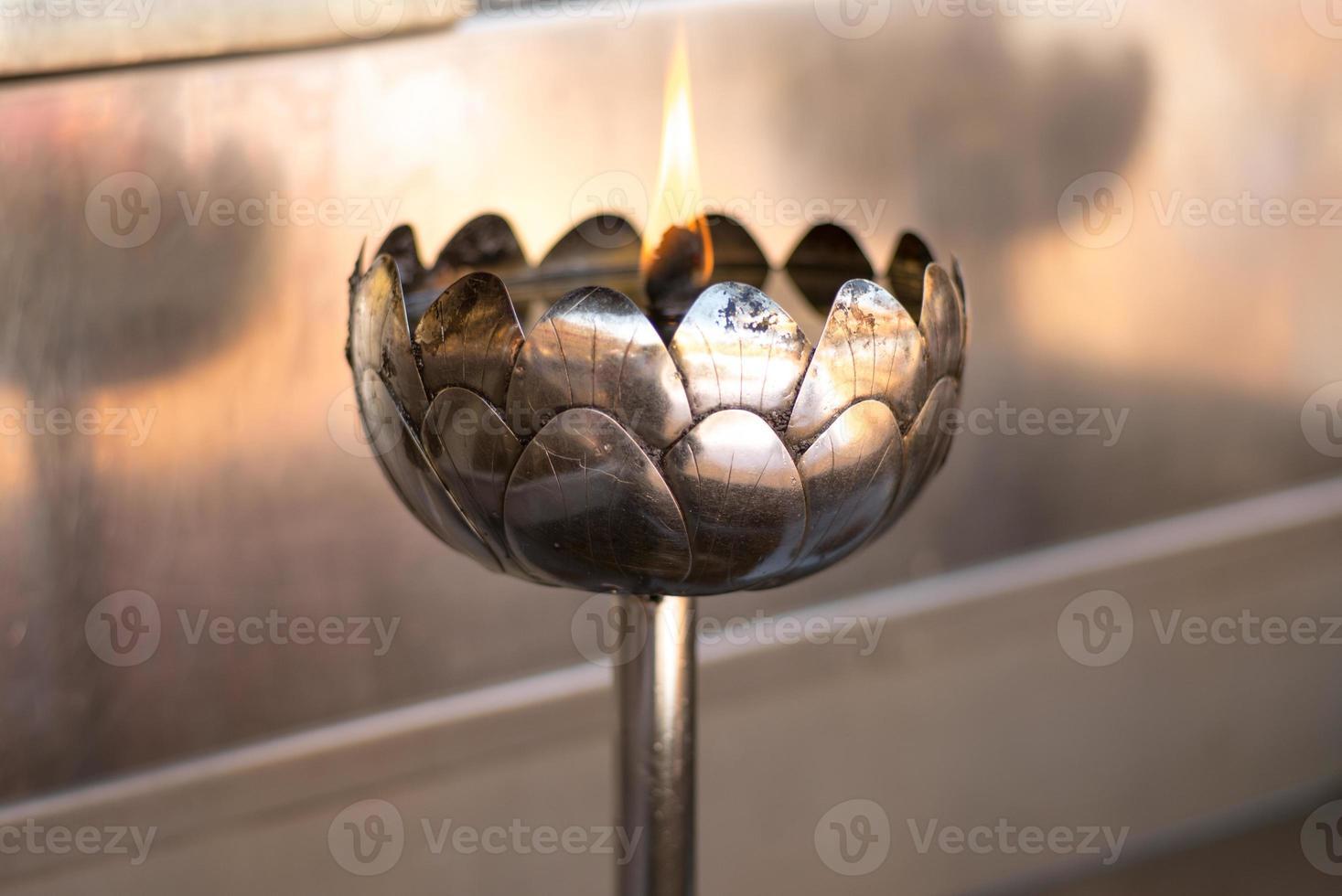 vela de metal de lótus foto