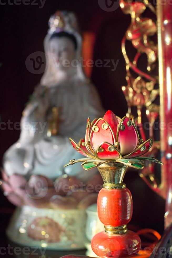 kuanyin y estatua de loto foto