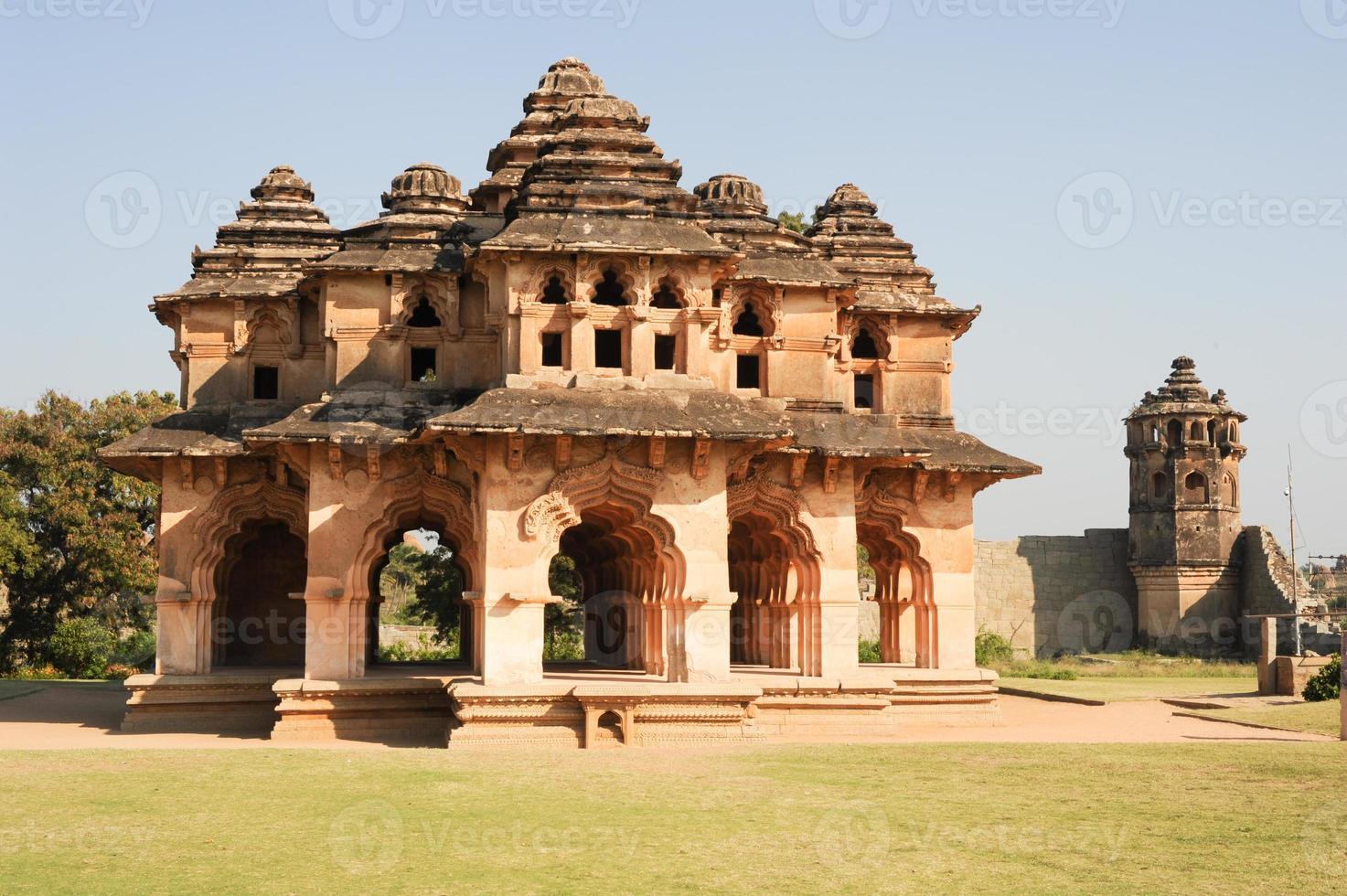 ruínas do palácio lotus mahal do centro real em hampi foto