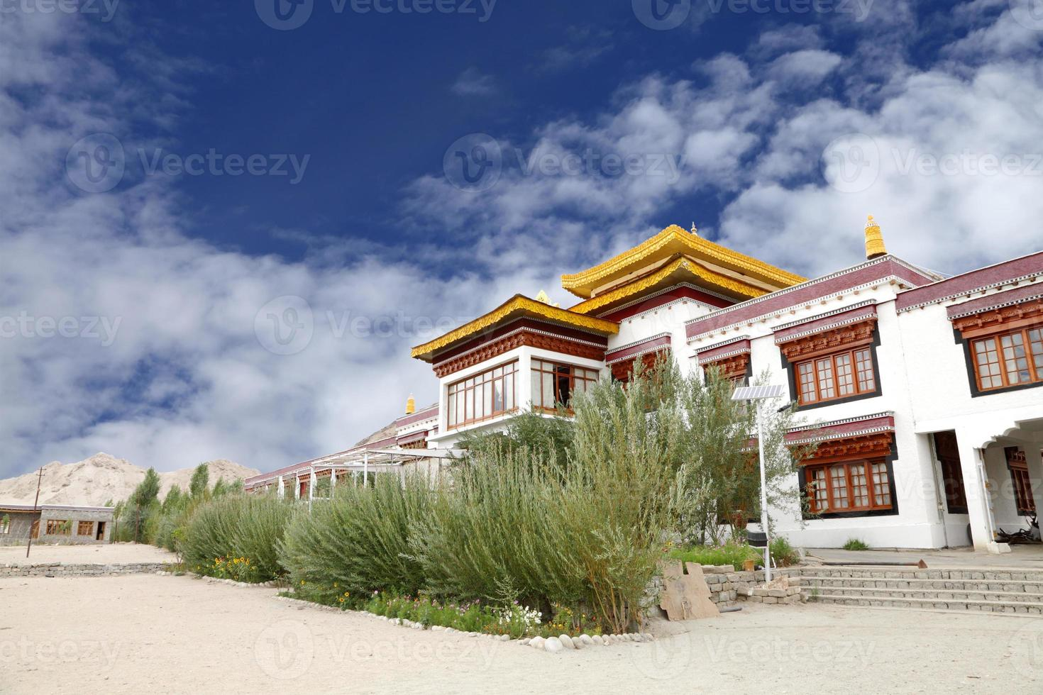 mosteiro no campus da escola de lótus branca druk leh foto