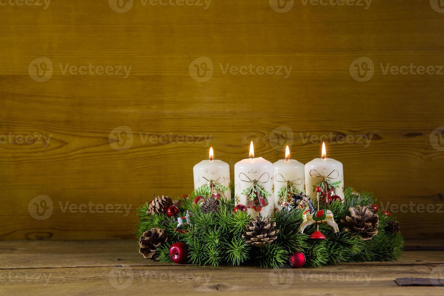 coroa rústica do advento ou coroa com quatro velas brancas acesas. foto