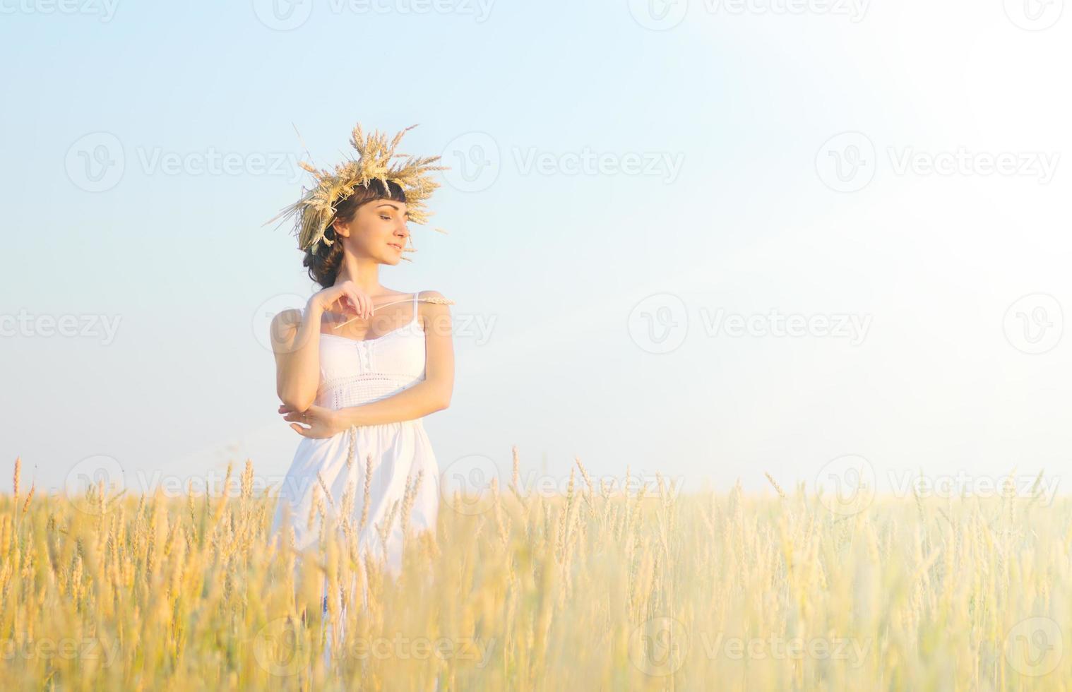 mulher no campo de trigo foto