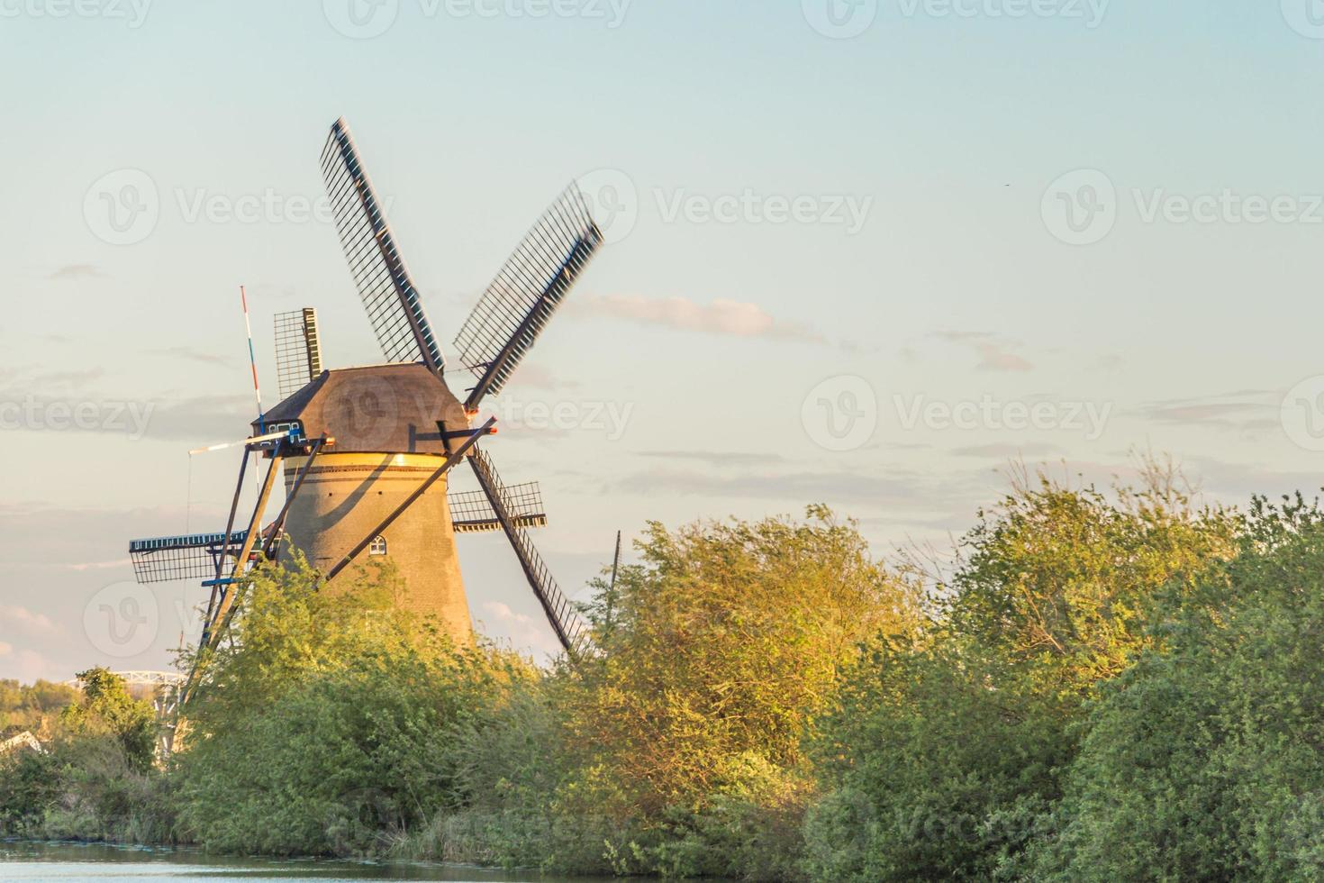 Antiguos molinos de viento en Holanda, Países Bajos foto