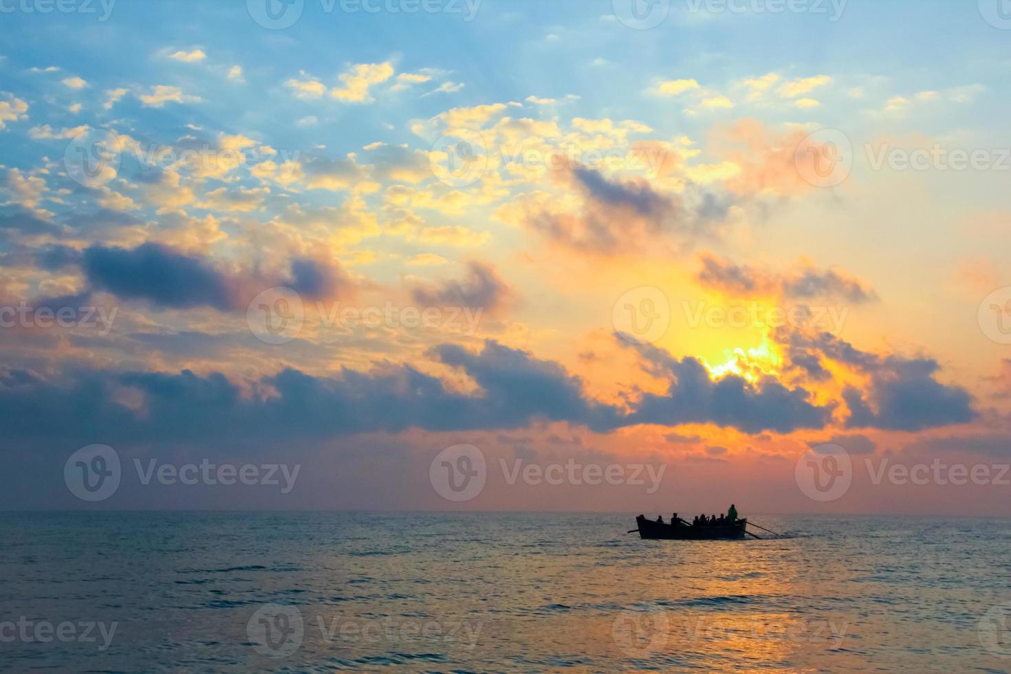 Los pescadores regresan a casa en un barco al amanecer. foto