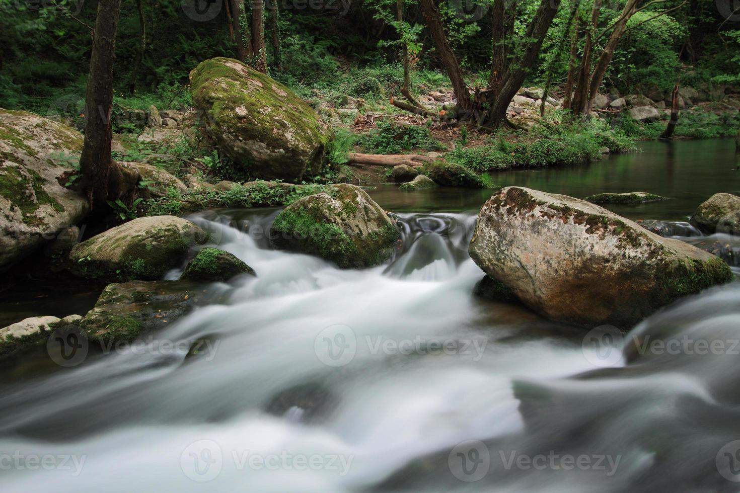 Flujo sedoso del río cerca de la cascada conocida como santa margarida foto