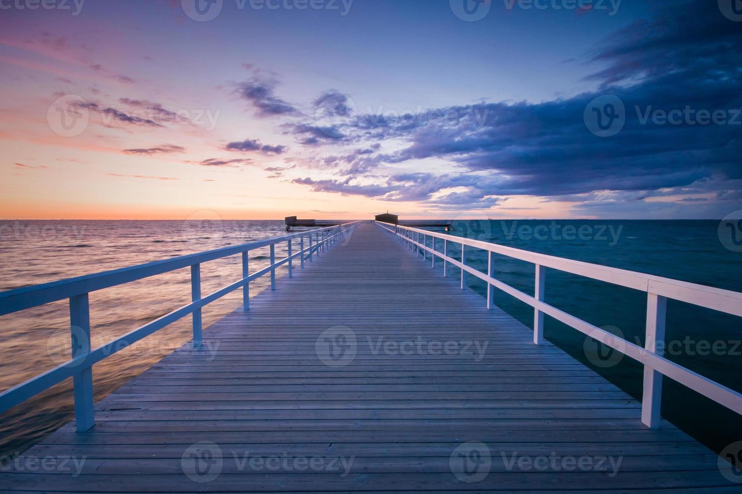 Muelle en Malmoe, Suecia durante una puesta de sol foto