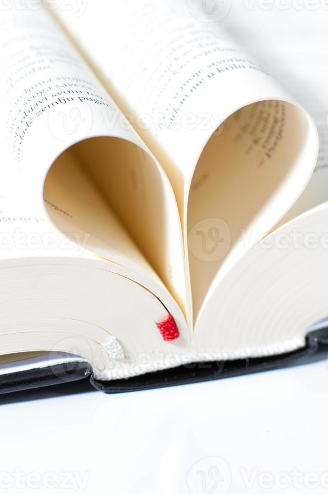 páginas de una Biblia curvadas en forma de corazón foto