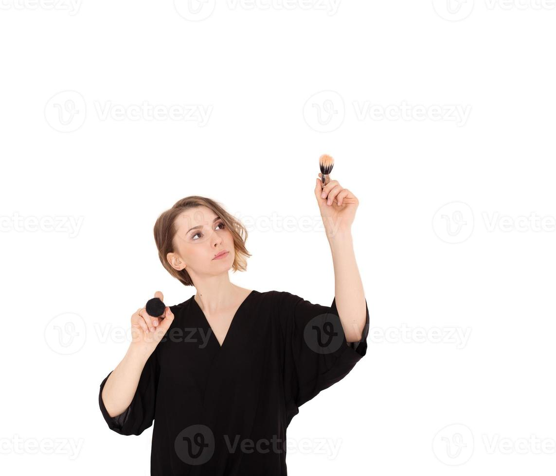 hermosa mujer maquilladora sosteniendo pinceles de maquillaje foto