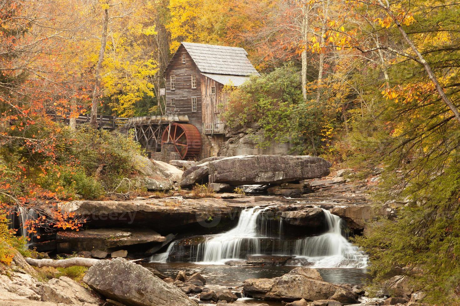 molino de molienda de campo en el otoño foto
