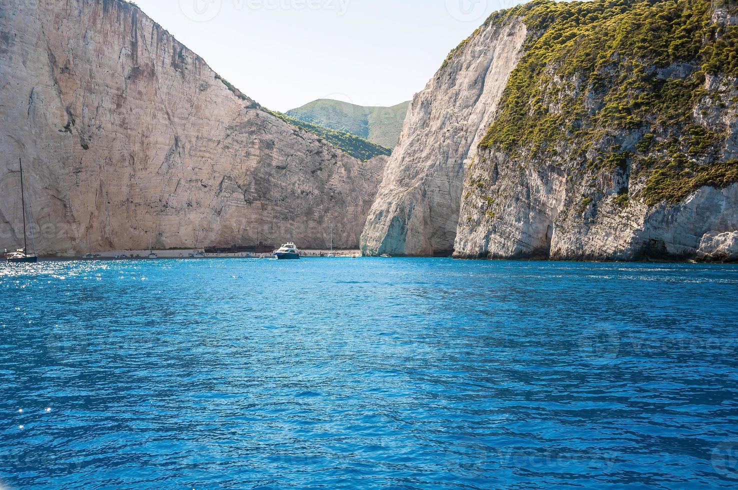 Vista de la playa de Navagio en la isla de Zakynthos, Grecia foto