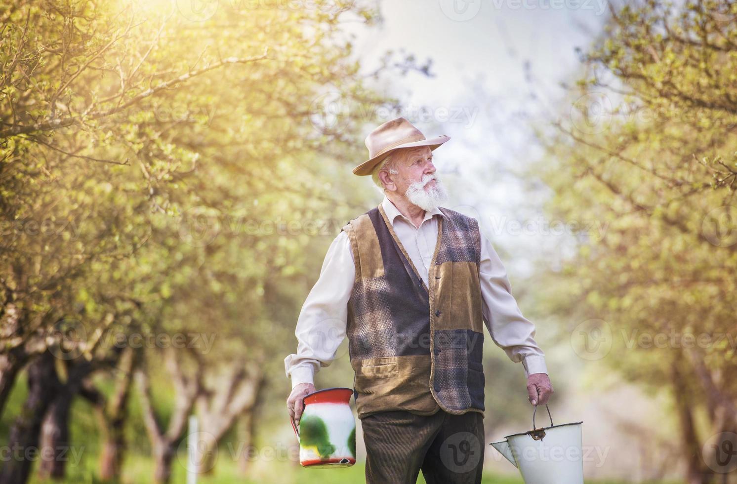 granjero con botellas de leche foto