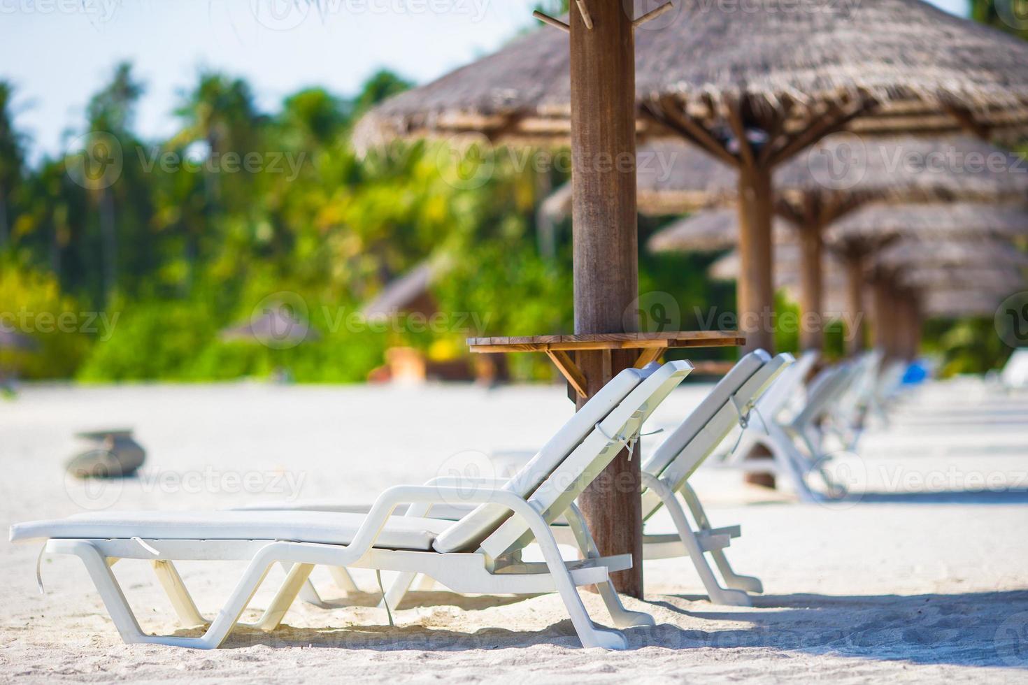 Sillas de madera de playa para vacaciones en playa tropical foto