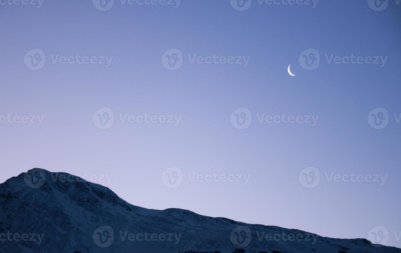 paisaje con luna menguante y montaña en ushuaia argentina foto