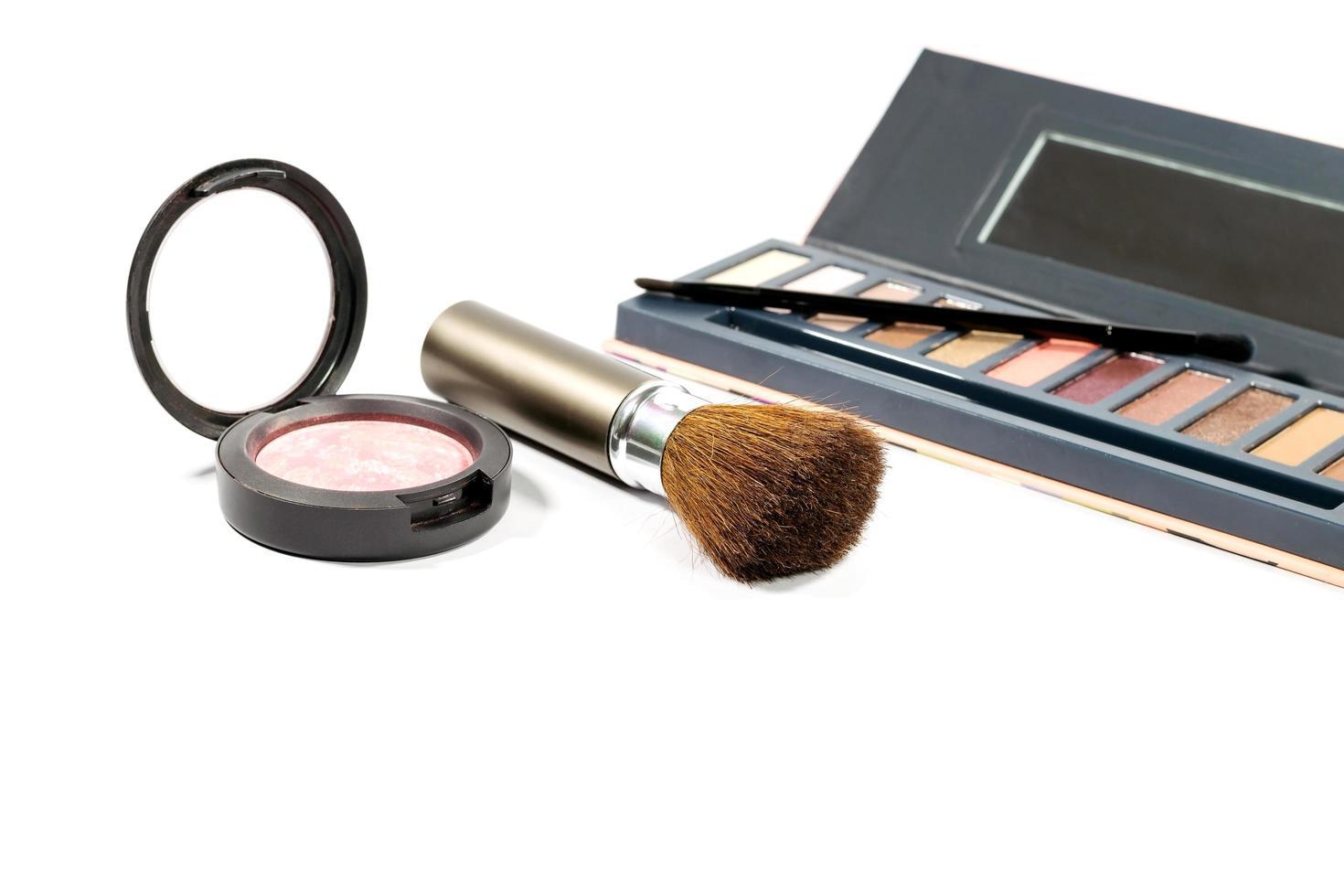 brocha y polvos de maquillaje foto