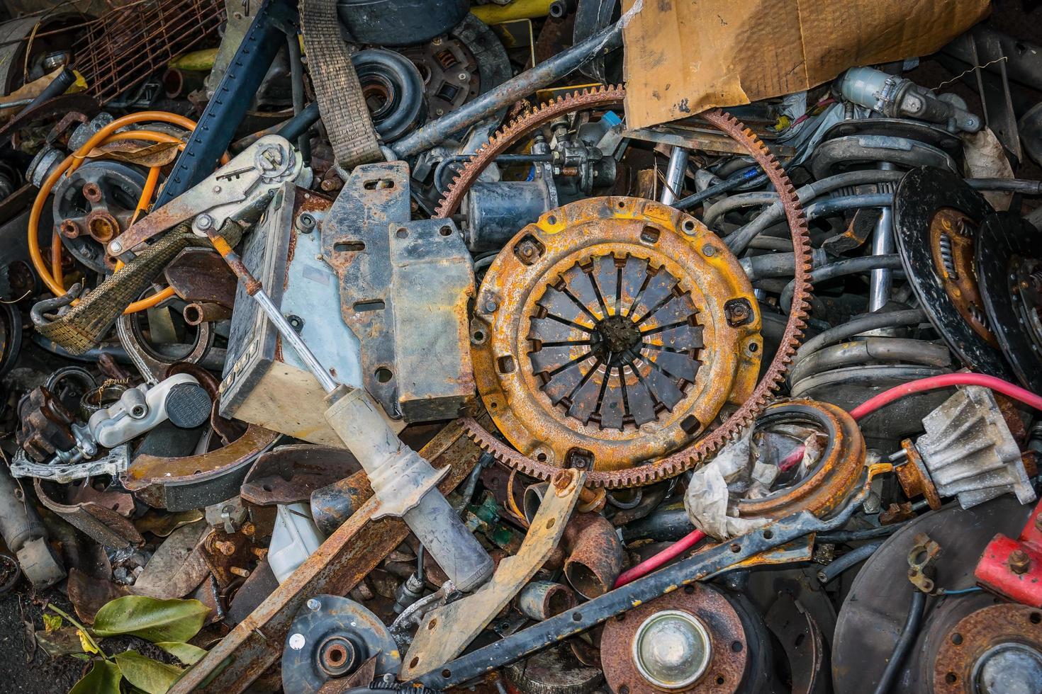 pila de piezas de coches viejos foto